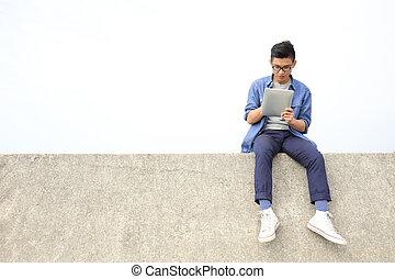 heureux, homme, utilisation, tablette numérique