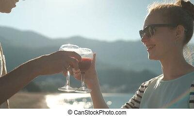 heureux, honeymoon., famille, cocktails, boissons, lunettes