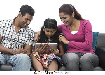 heureux, indien, famille, chez soi, utilisation, tablette numérique