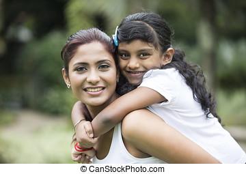 heureux, indien, maman, et, elle, enfant joue, dehors