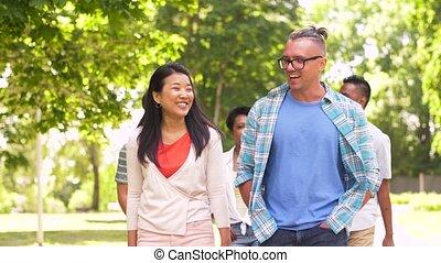 heureux, international, amis, marche, dans parc