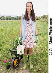 heureux, jeune, brunette, jardinage