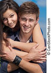 heureux, jeune couple, étreindre
