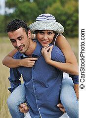 heureux, jeune couple, avoir, romantique, temps, extérieur