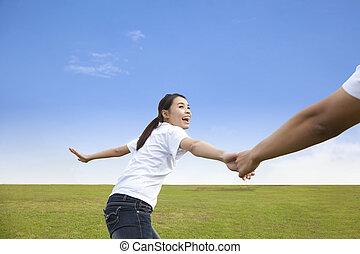 heureux, jeune couple, courant, sur, les, pré