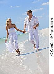 heureux, jeune couple, courant, tenant mains, sur, a, plage tropicale