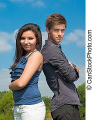 heureux, jeune couple, debout, contre, ciel bleu