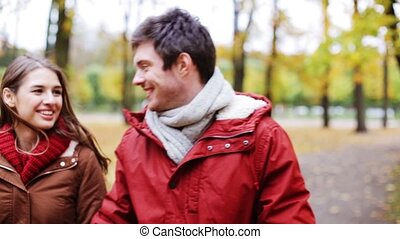 heureux, jeune couple, marche, dans, automne, parc