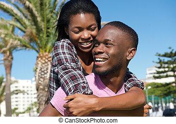 heureux, jeune couple, rire, ensemble, dehors