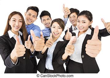 heureux, jeune, equipe affaires, à, pouces haut, geste