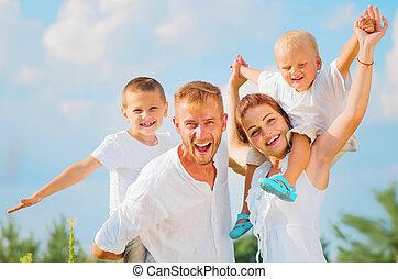 heureux, jeune famille, à, deux enfants, amusant, ensemble