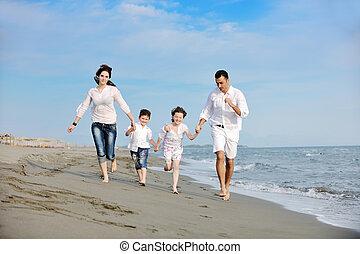 heureux, jeune famille, amusez-vous, sur, plage