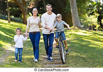 heureux, jeune famille, dans parc