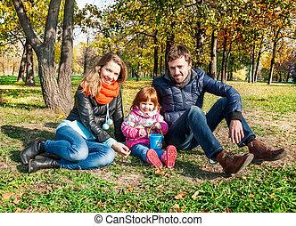 heureux, jeune famille, dans, une, automne, parc