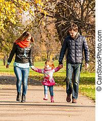 heureux, jeune famille, promenades, dans parc