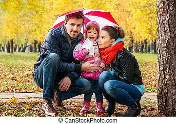 heureux, jeune famille, sous, une, parapluie, dans, une, automne, parc