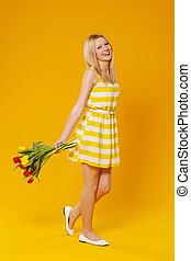 heureux, jeune femme, à, fleurs