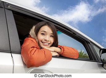 heureux, jeune, femme asiatique, dans voiture