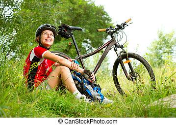 heureux, jeune femme, bicyclette voyageant, dehors., manière vivre saine
