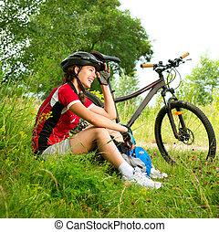 heureux, jeune femme, bicyclette voyageant, dehors., manière...