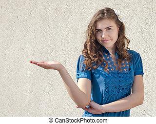 heureux, jeune femme, dans, chemise bleue