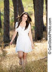 heureux, jeune femme, dans, robe blanche, marche, dans, nature