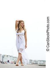 heureux, jeune femme, marche, pieds nue, dehors