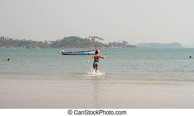 heureux, jeune, femme, natation