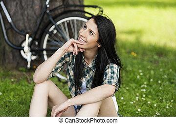 heureux, jeune femme, reposer, dans parc