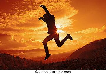 heureux, jeune femme, sauter, à, les, coucher soleil