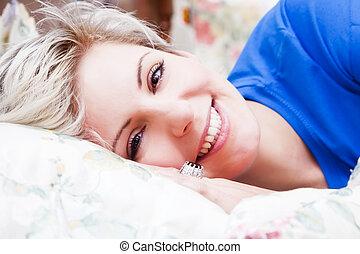 blond heureux pluie sous pluvieux femme jeune day photographie de stock rechercher. Black Bedroom Furniture Sets. Home Design Ideas