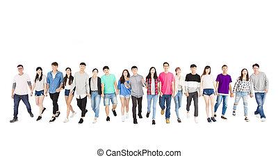 heureux, jeune, groupe gens, marche, en avant!, ensemble