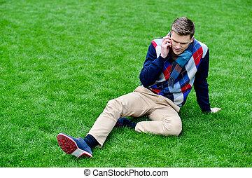 heureux, jeune homme, parler téléphone portable