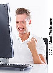 heureux, jeune homme, utilisation ordinateur