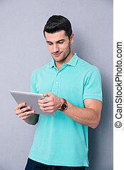 heureux, jeune homme, utilisation, tablette, informatique