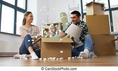 heureux, jouer, cacahuètes, mousse, famille, nouvelle maison