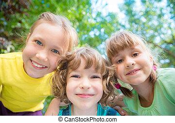 heureux, jouer, groupe, enfants, dehors