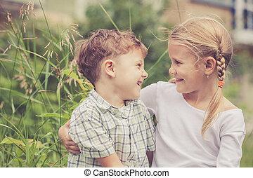 heureux, jouer, parc, deux enfants