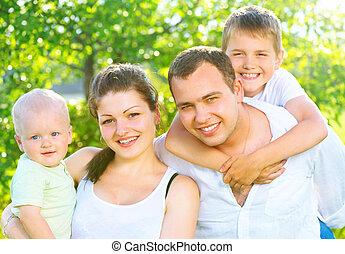 heureux, joyeux, jeune famille, ensemble, dans, été, parc