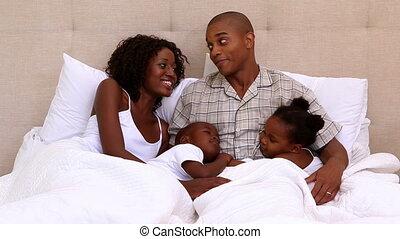 heureux, lit, ensemble, famille, jeune