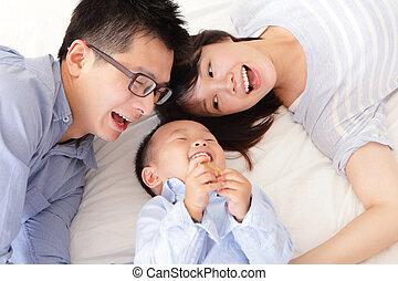heureux, lit, famille, enfants