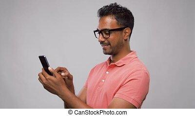 heureux, lunettes, smartphone, indien, homme, utilisation