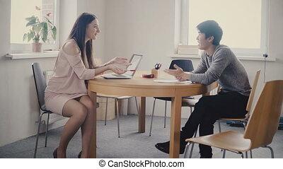 heureux, mâle, bureau, professionnels, travail, écoute, séduisant, 4k, femme, mélangé, colleague., asiatique, éditorial, ethnicité, grenier