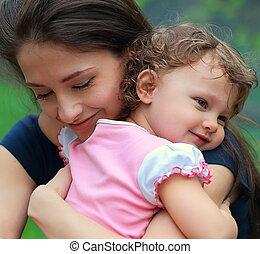 heureux, mère fille, caresser, extérieur, arrière-plan vert