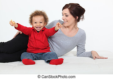 heureux, mélangé-race, mère, enfant