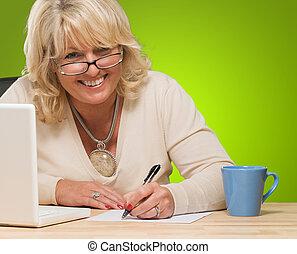 heureux, mûr femme, écriture, sur, papier