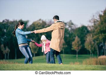 heureux, mains, pré, famille, tenue