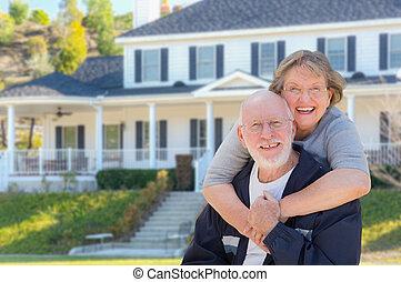 heureux, maison, devant, couples aînés