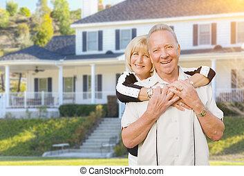 heureux, maison, jardin, couples aînés