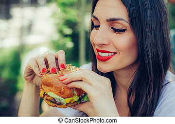 heureux, nourriture, hamburger, jeûne, savoureux, femme, manger, jeune